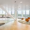 De opzet van het pand is licht en open: de verschillende ruimtes staan in verbinding met elkaar of zijn gescheiden door glas.